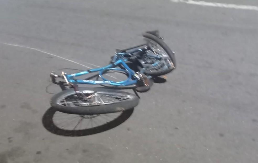 Bicicleta retorcida após acidente com caminhão — Foto: Reprodução
