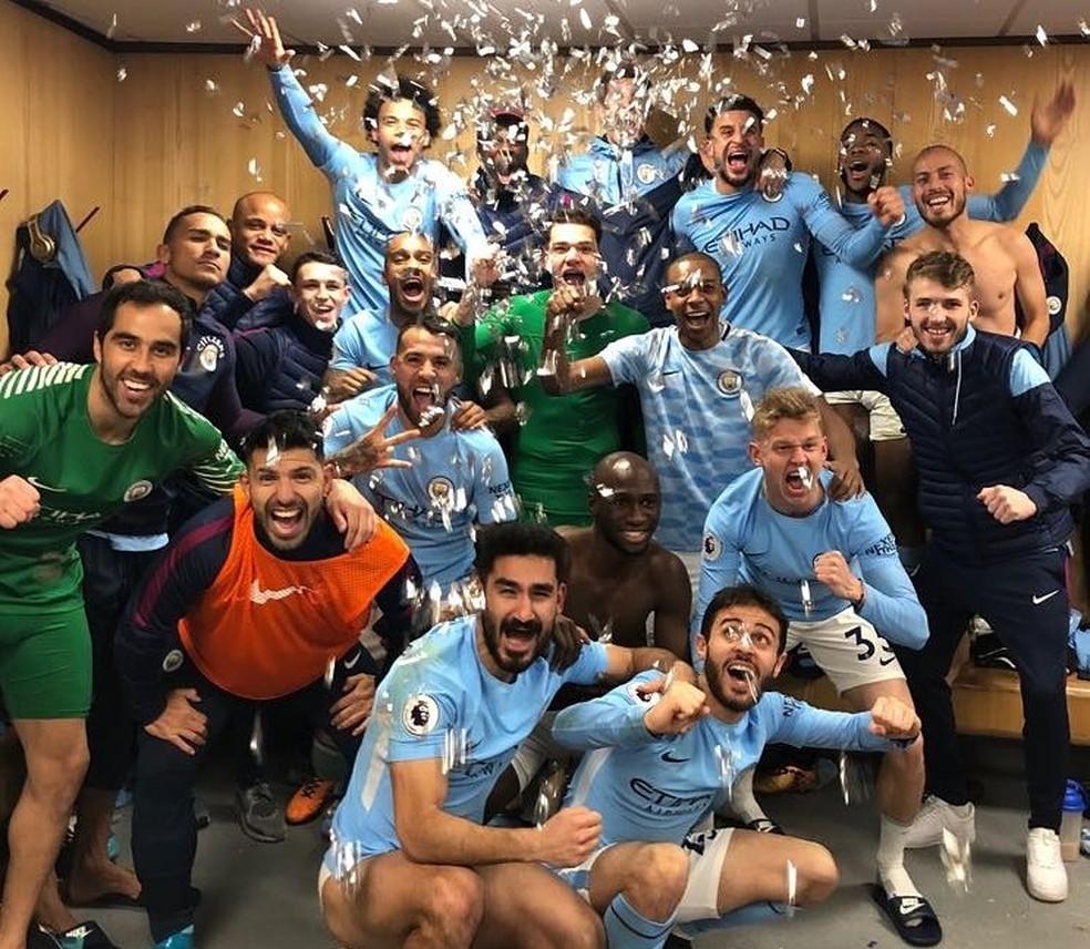 Jogadores do Manchester City fazem festa no vestiário após vitória sobre o United (Foto: Reprodução / Twitter)