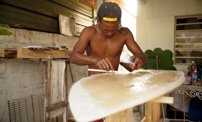 Gaston Hernandez shapeando prancha em Cuba