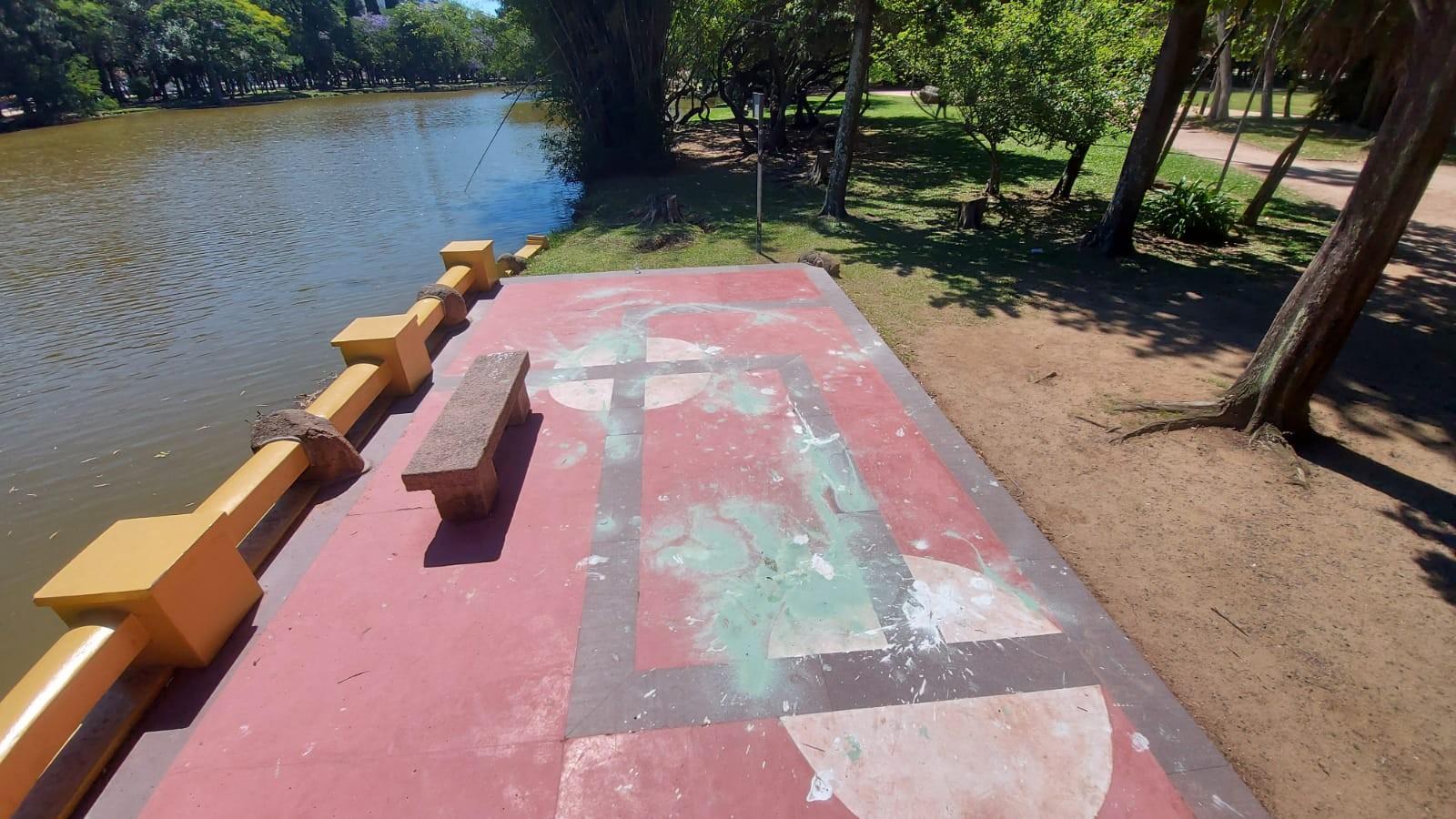 Piso com pintura semelhante a uma suástica é pichado no Parque da Redenção, em Porto Alegre