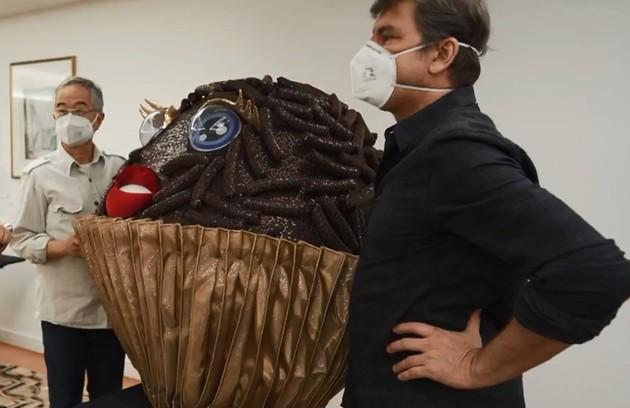 Marco Lima e Fábio Namatame, figurinistas do 'The masked singer Brasil', revelam curiosidades, dificuldades e inspirações. Confira a seguir (Foto: Reprodução)