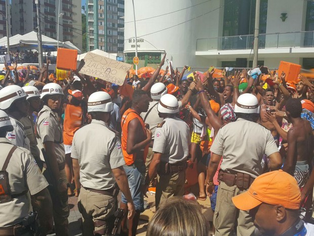 Ambulantes enfrentam polícia durante protesto na Barra (Foto: Patrícia Oliveira / G1)