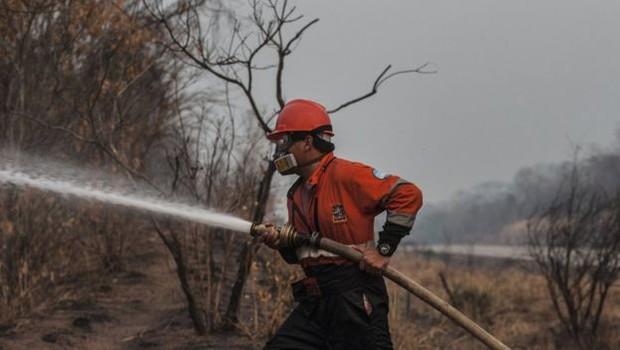 BBC | 'Não temos mais homens, não há voluntários o bastante', conta a mulher de um dos que têm ajudado no combate às chamas (Foto: MARCELO PÉREZ DEL CARPIO VIA BBC)