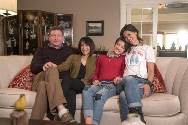 O ator Stoney Westmoreland com os protagonistas da série Andi Mack, exibida pelo Disney Channel (Foto: Reprodução)