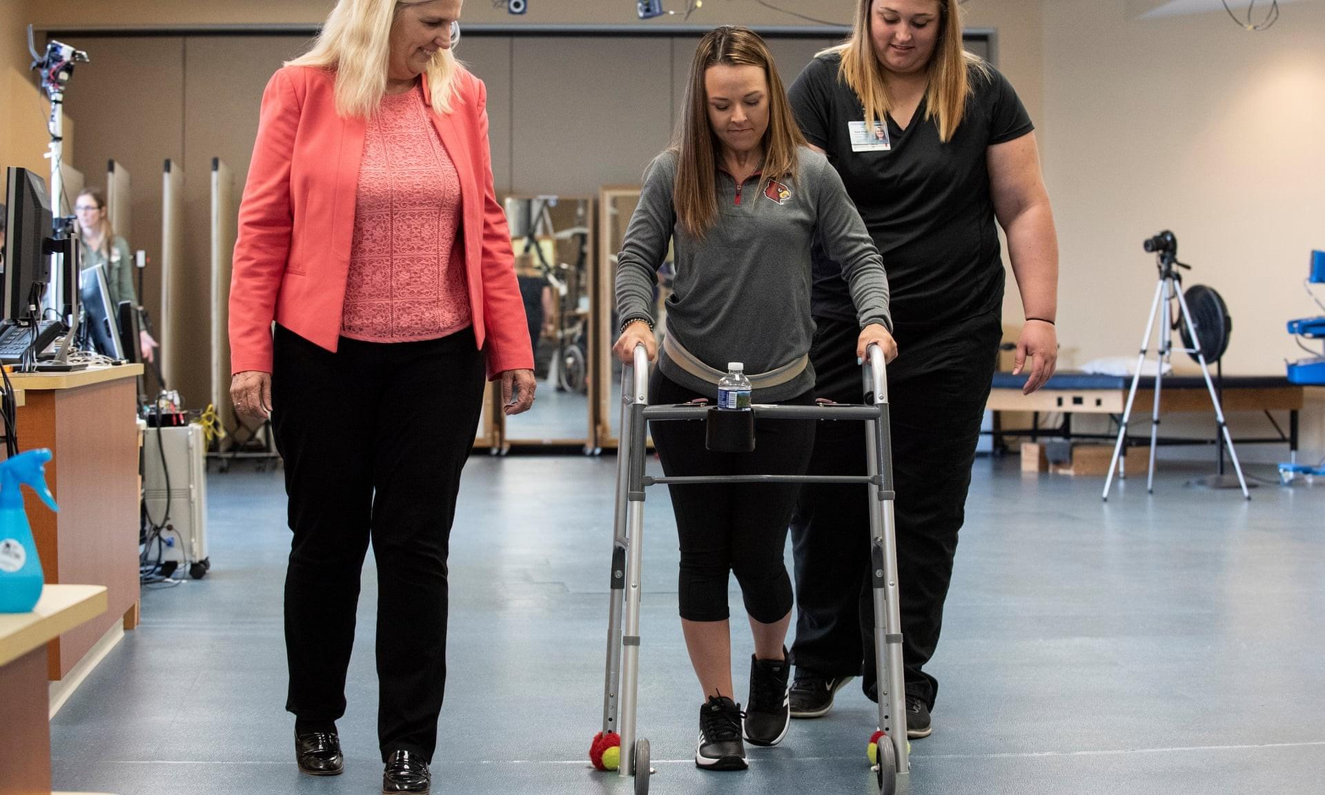 Kelly Thomas conseguiu caminhar com um andador após 81 sessões de estímulos elétricos (Foto: Tom Fougerousse/University of Lousiville)