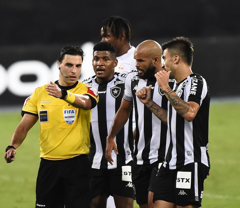 Arbitragem foi polêmica mais uma vez em jogo do Botafogo — Foto: André Durão/ge