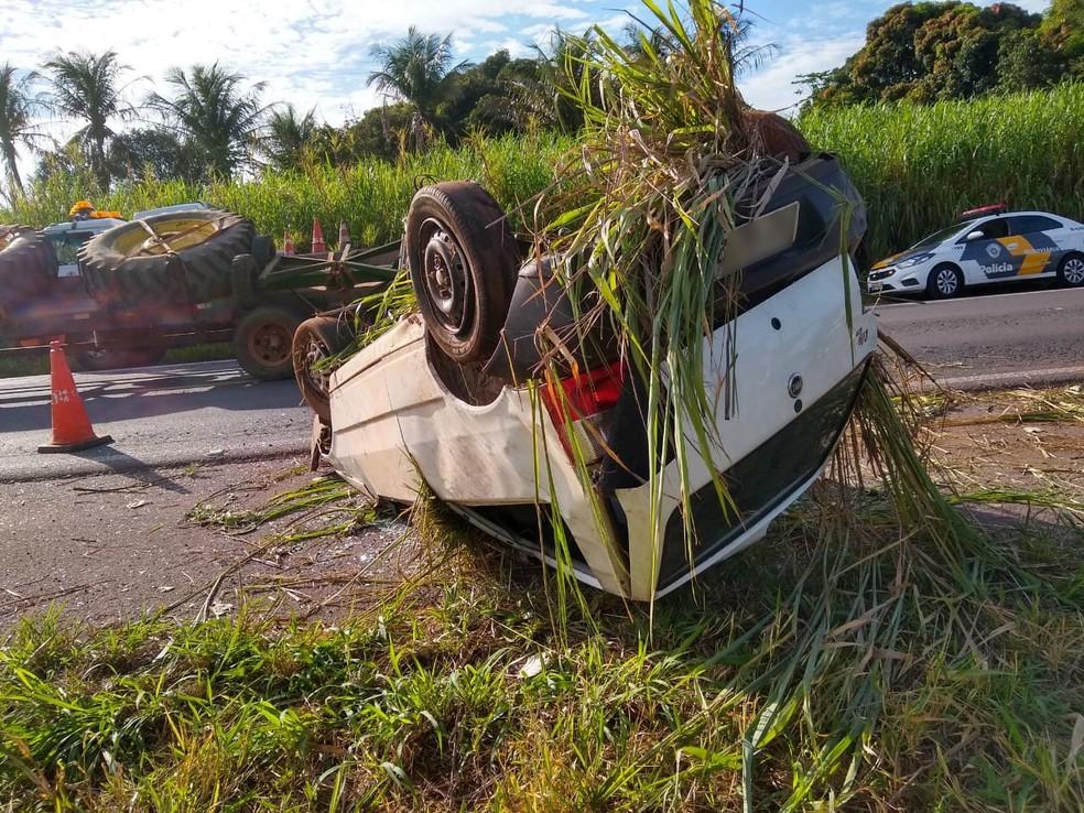 Capotamento ocorreu na SP-425, em Martinópolis — Foto: Corpo de Bombeiros