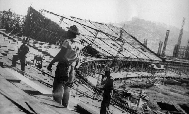 A obra de construção do estádio do Maracanã, em julho de 1949