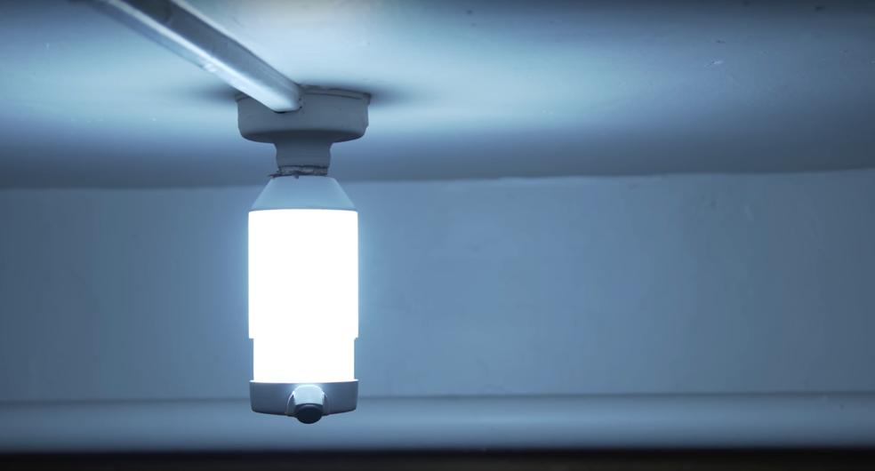 Além de lâmpada e câmera, os modelos têm outros recursos de segurança — Foto: Reprodução/LightCam