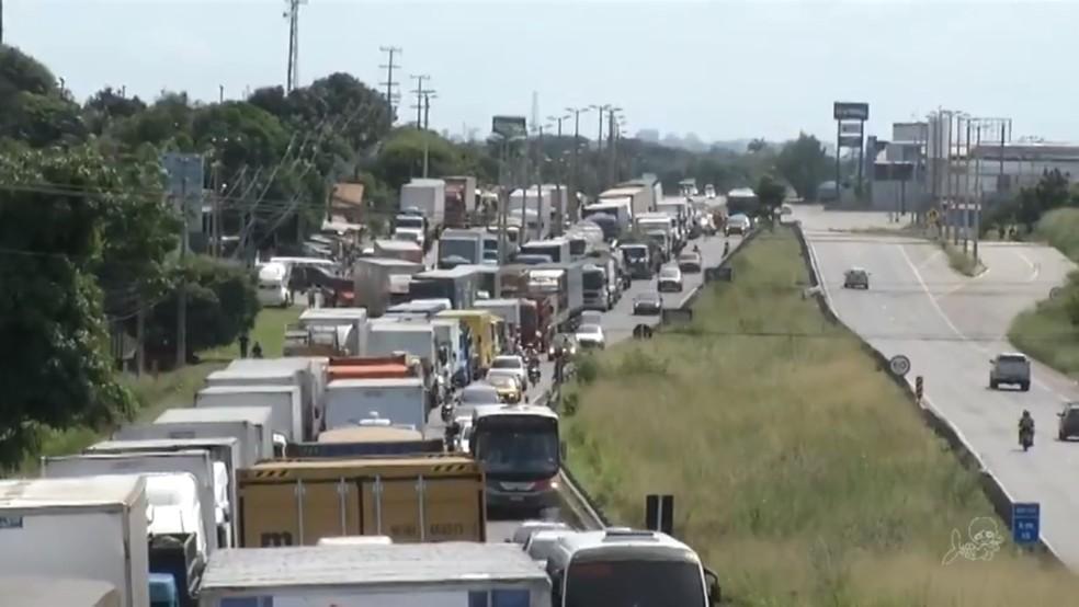 Caminhoneiros do Ceará mantêm greve (Foto: TV Verdes Mares/Reprodução)
