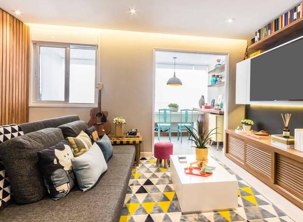 Na sala, a arquiteta optou por usar um sofá-cama, do designer Fernando Jaeger. O móvel permite que os moradores possam receber hóspedes com maior conforto. O tapete é da Oppa Design  (Foto:   ATA Photograph/Divulgação)
