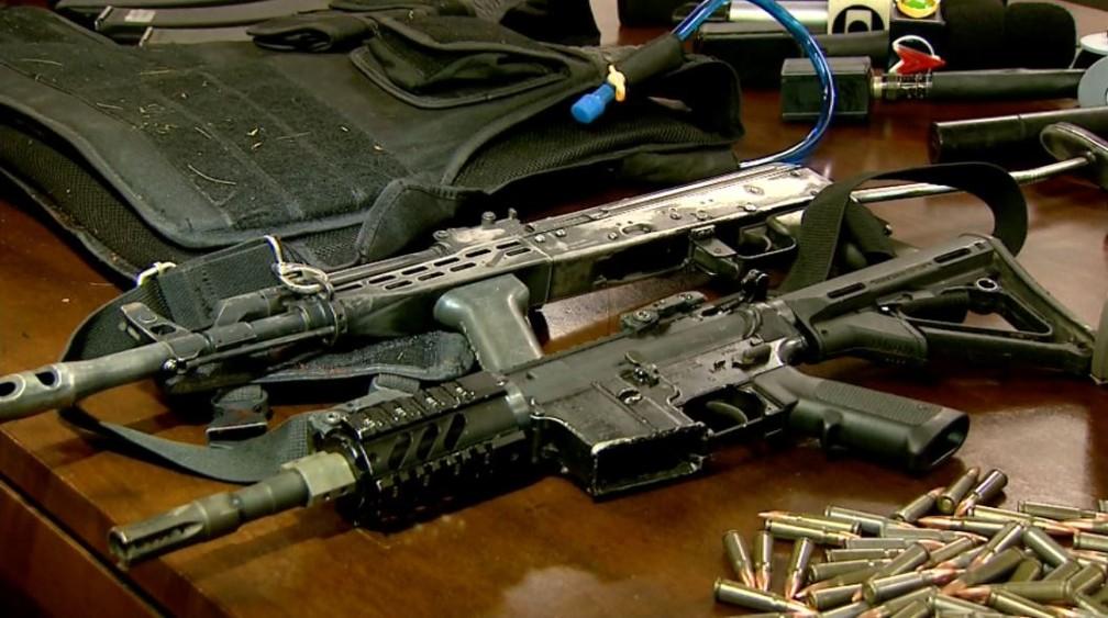 Fuzis AK-47 e Colt M4 foram apreendidas com dupla que dava suporte aos criminosos dentro da Brinks em Ribeirão Preto, SP — Foto: Reprodução/EPTV