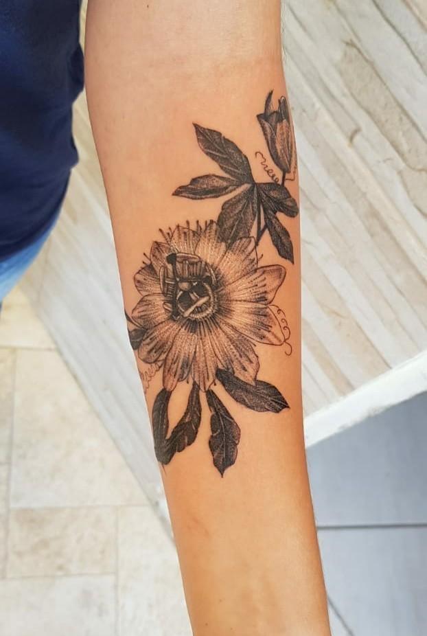 Tatuagem de flor de maracujá de Juliana Estradioto (Foto: Arquivo Pessoal/Juliana Estradioto)
