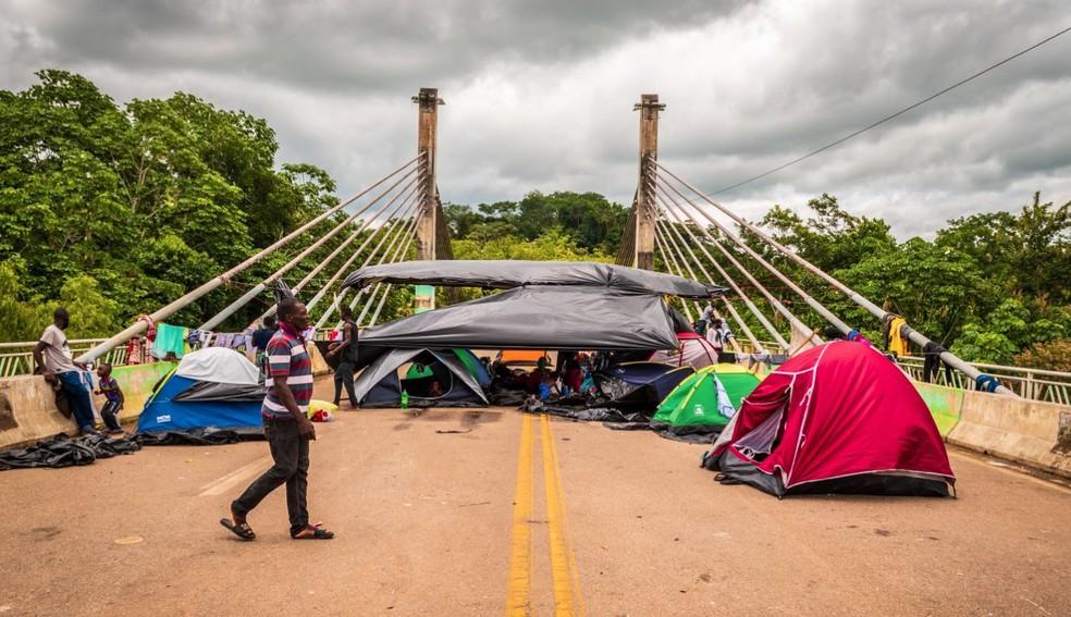 Imigrantes ocupam a Ponte da União, em Assis Brasil  — Foto: Raylanderson Frota/Arquivo pessoal