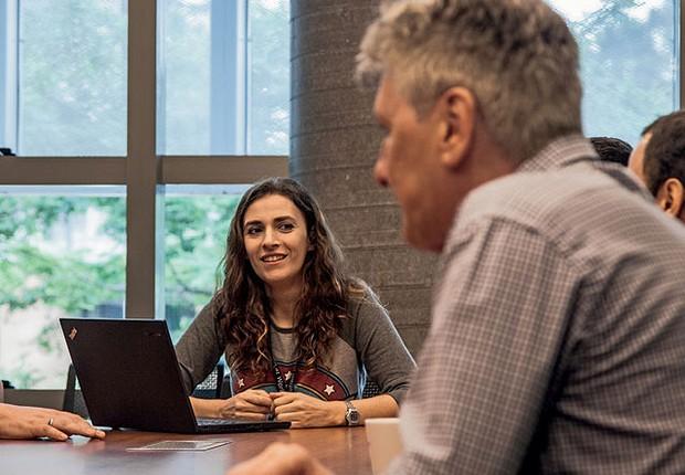 A desenvolvedora Márcia Machado participa de reunião. A integração dela envolveu ajustes no espaço de trabalho (Foto: Marcelo Curia/Época Negócios)