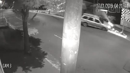 Vídeo mostra acidente de carro que derrubou coqueiros em avenida de Nova Granada