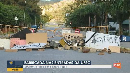 Barricadas causam bloqueios nas entradas da UFSC em Florianópolis