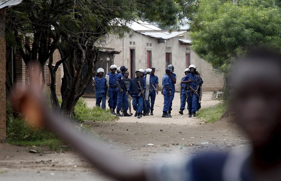 Policiais nas ruas durante protesto no bairro de Buterere, no Burundi (Foto: Goran Tomasevic/Reuters)