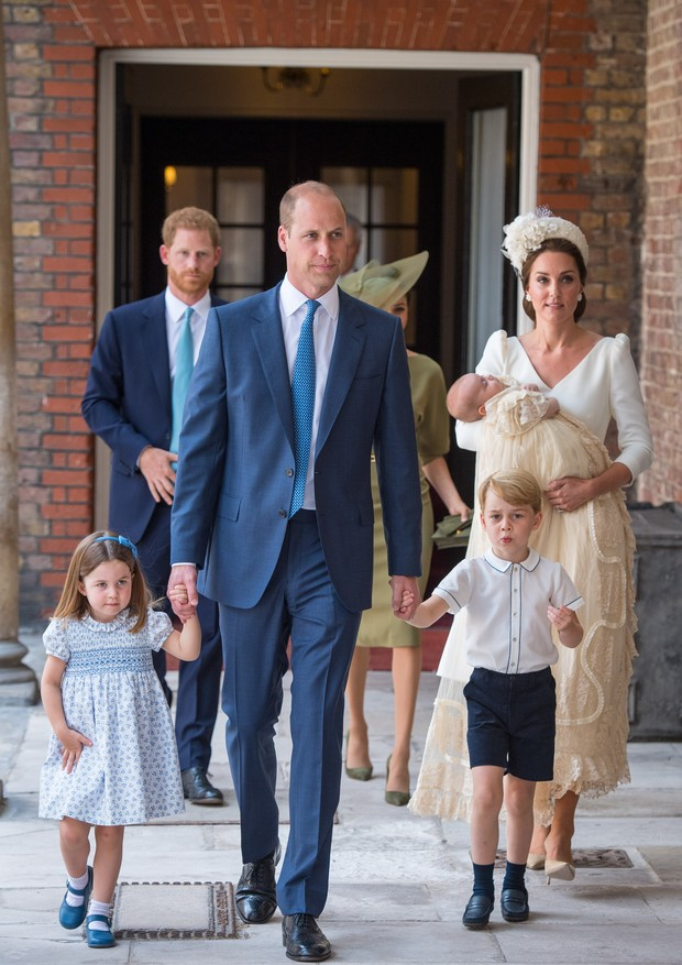 LONDON, ENGLAND - JULY 09: Princess Charlotte and Prince George hold the hands of their father, Prince William, Duke of Cambridge, as they arrive at the Chapel Royal, St James's Palace, London for the christening of their brother, Prince Louis, who is bei (Foto: Getty Images)
