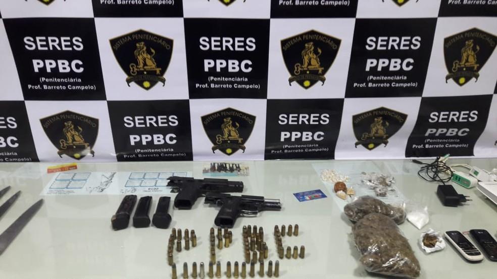Pistolas calibre ponto 40, 67 munições, carregadores e drogas foram apreendidos em penitenciária de segurança máxima, em Itamaracá, no Grande Recife, em 2019 — Foto: Seres/Divulgação