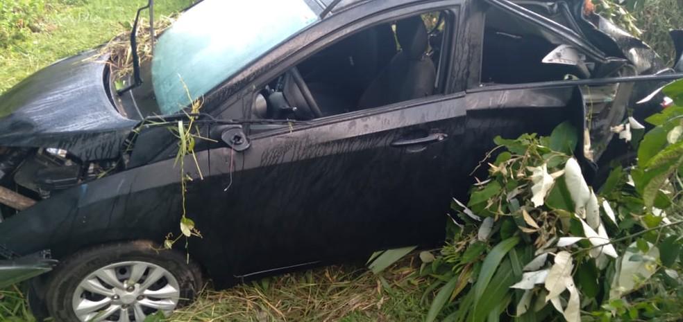 Carro foi jogado de uma ribanceira após ser atingido por uma caminhonete em Tapiraí — Foto: Arquivo Pessoal