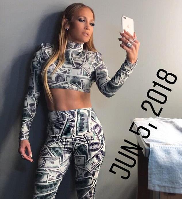 A cantora Jennifer Lopez com sua roupa de notas de US$ 100 (Foto: Instagram)