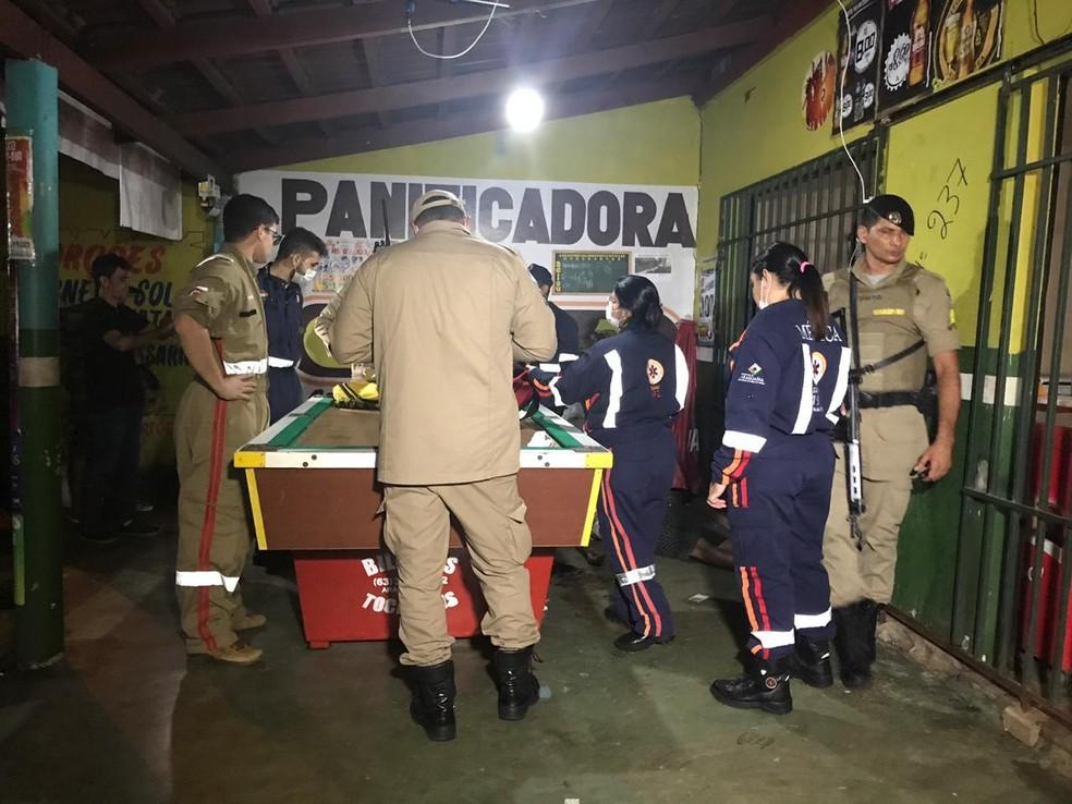 Vítima foi atendida pelos Bombeiros e Samu, mas não resistiu — Foto: Geovanni Pereira/Portal Fatos e Notícias