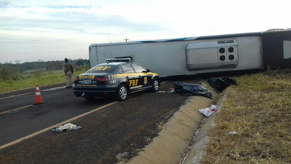 Ônibus e dois carros se envolveram no acidente, em Candói (Foto: PRF/Divulgação)
