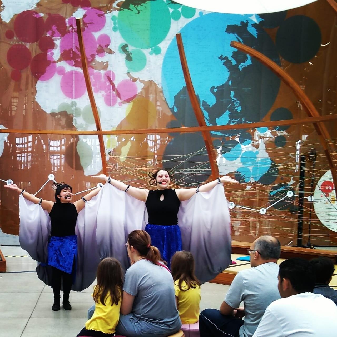 A dupla aposta em música e história de outras culturas para encantar as crianças (Foto: Divulgação)