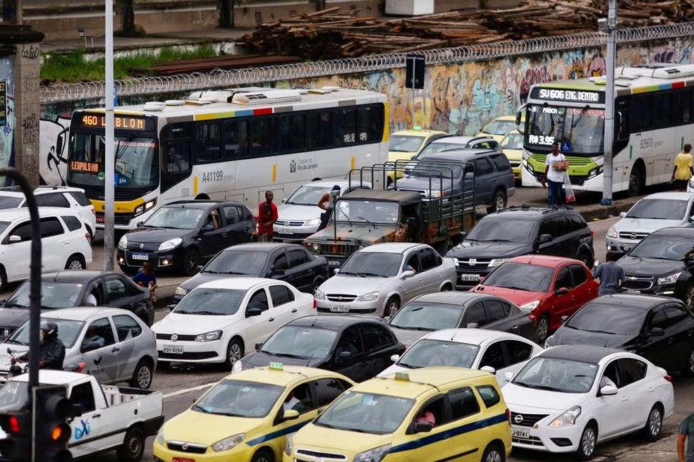 Carros parados na Avenida Francisco Bicalho na hora do pico de trânsito — Foto: Marcos Serra Lima/G1