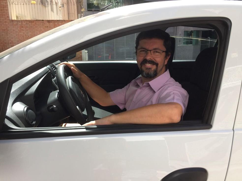 Depois de 8 anos trabalhando com carteira assinada, Carlos perdeu o emprego e busca refazer as finanças como motorista da Uber (Foto: Arquivo pessoal)