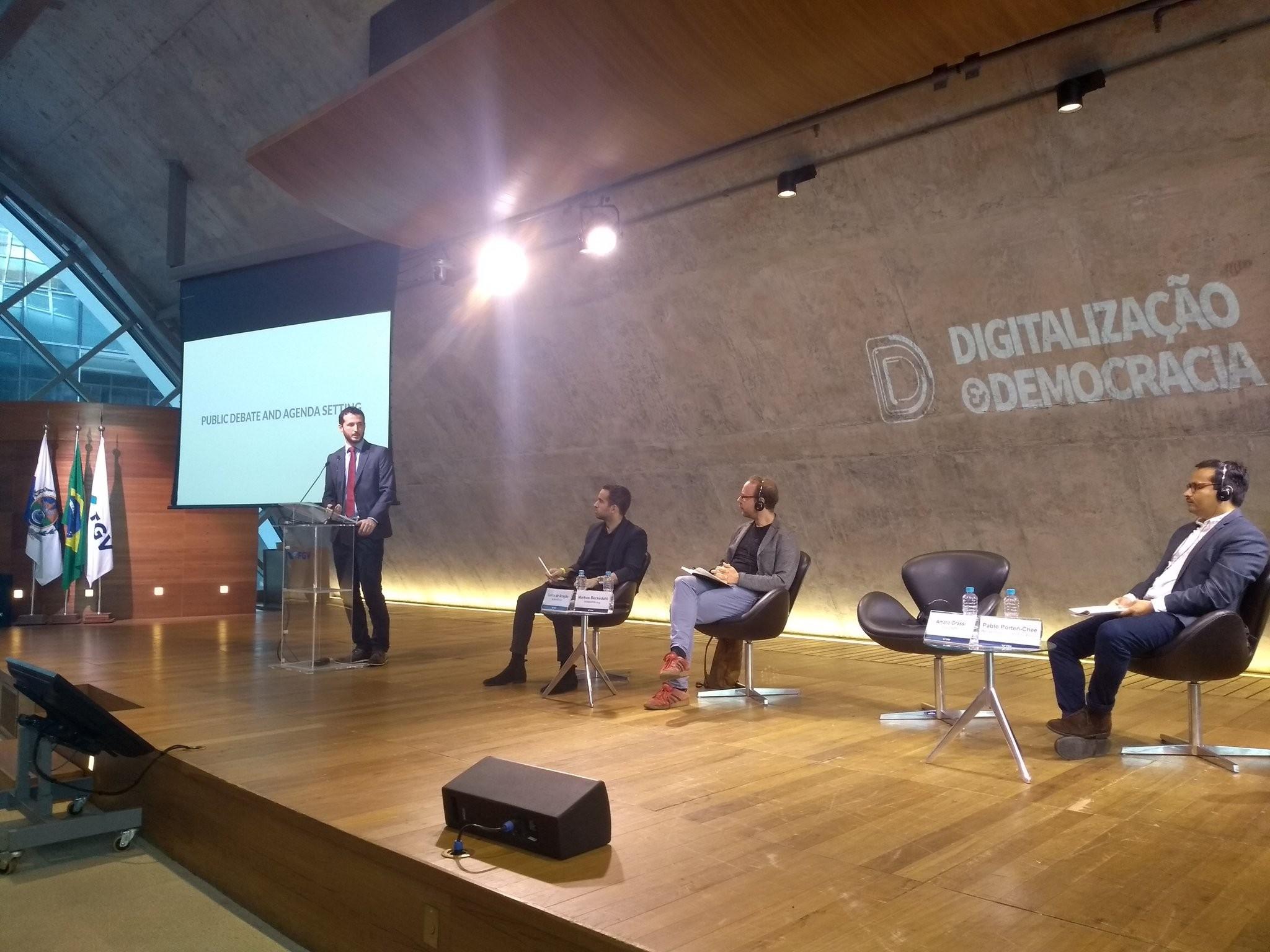 """""""Digitalização e democracia""""."""