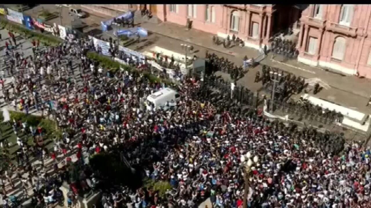 Milhares de argentinos foram às ruas para se despedir de Diego Maradona