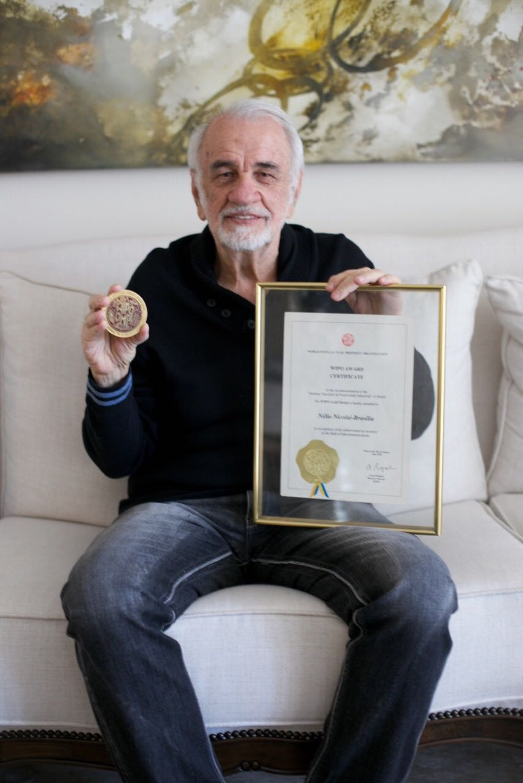 Engenheiro Nélio Nicolai segura documento de patente (Foto: Arquivo Pessoal)
