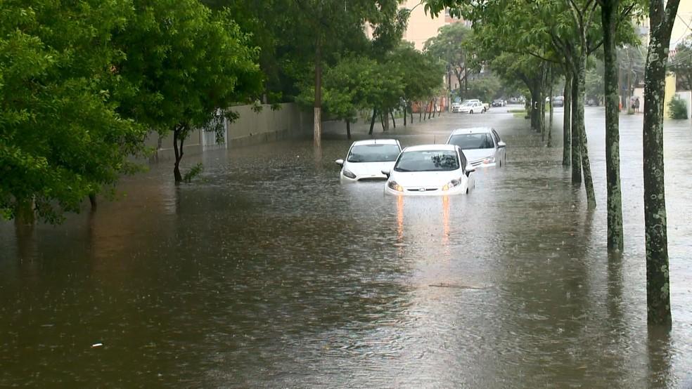 Chuva em Bento Ferreira, em Vitória (Foto: Luciney Araújo/ TV Gazeta)