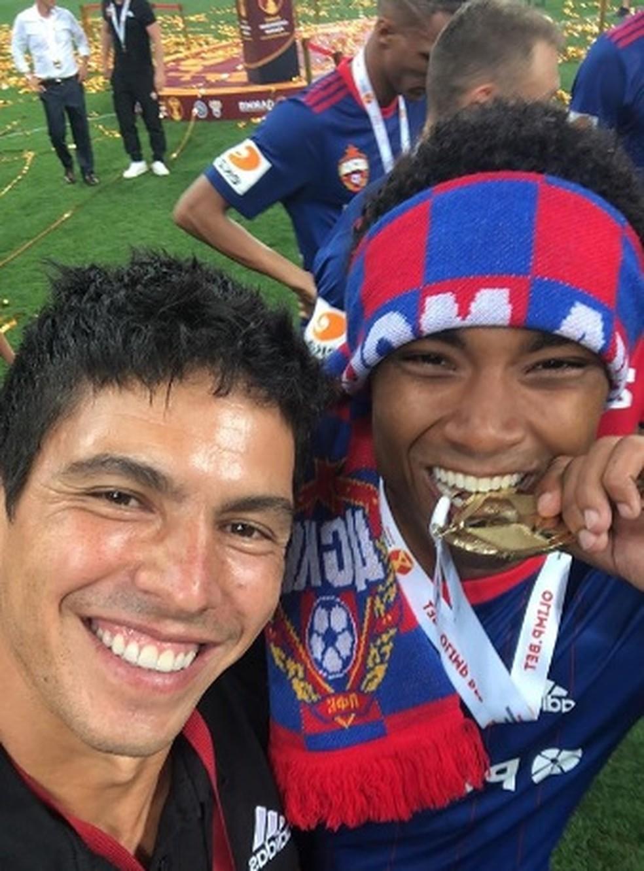 Miguel Góes e Vitinho comemorando o título pelo CSKA (Foto: Reprodução Instagram Miguel Góes)