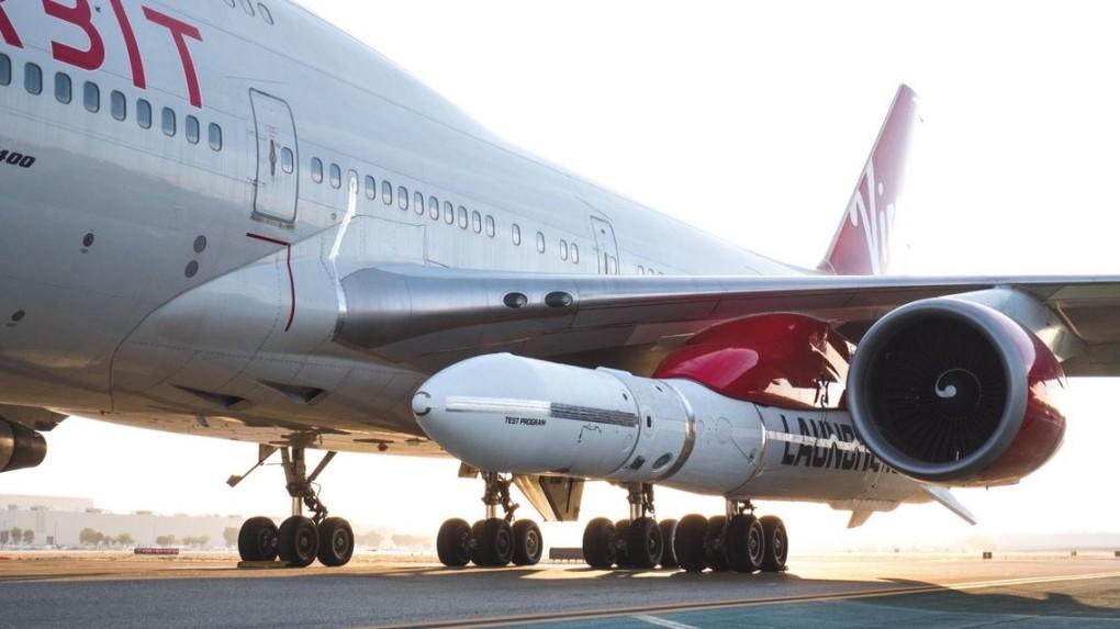 "Virgin Orbit: avião ""Cosmic Girl"", um Boeing 747, carregando o foguete LauncherOne"