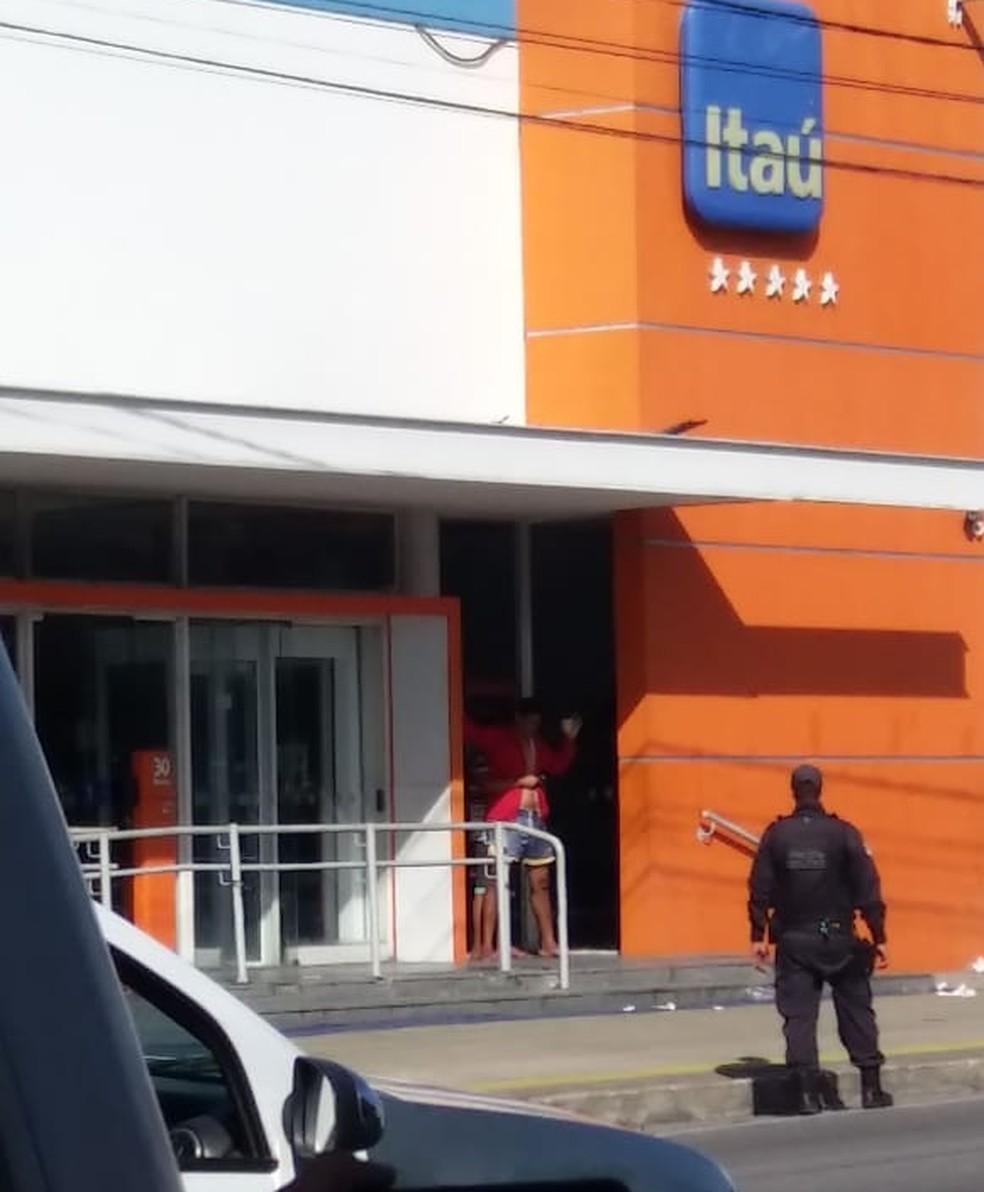 Assaltante fez um refém na frente da calçada do banco Itaú, na Zona Norte de Natal (Foto: PM/Divulgação)