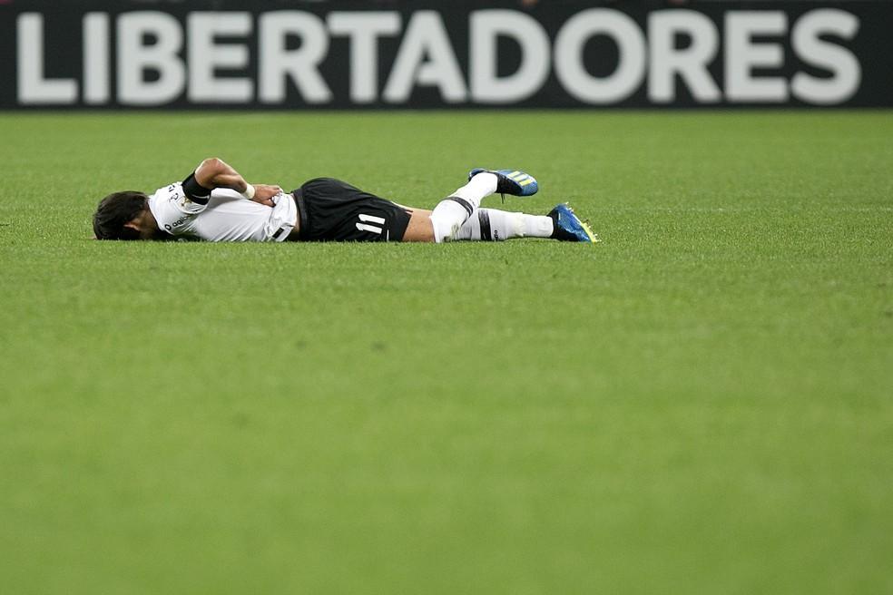 Romero caído no gramado durante a partida (Foto: Daniel Vorley / Estadão Conteúdo)