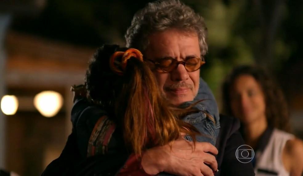 Duque (Jean Pierre Noher) e Amaralina (Sthefany Brito) se abraçam como avô e neta - 'Flor do Caribe' — Foto: Globo
