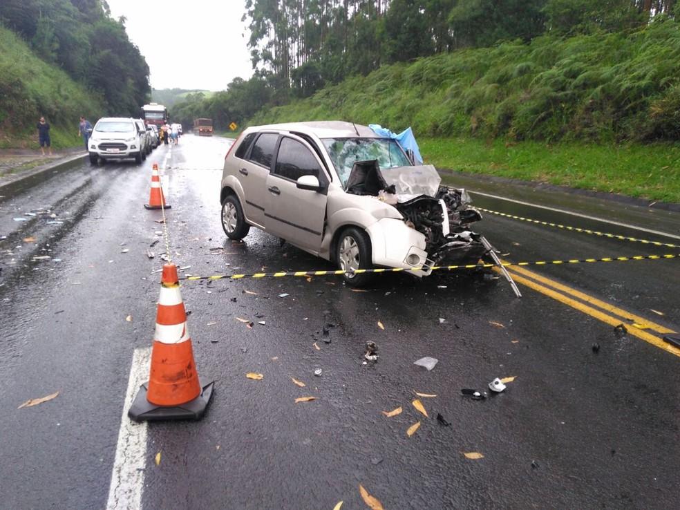 Carro e ônibus bateram de frente na BR-376, entre Imbaú e Ortigueira, na tarde desta segunda-feira (29); uma pessoa morreu e outra ficou gravemente ferida (Foto: Acir Soares/RPC)