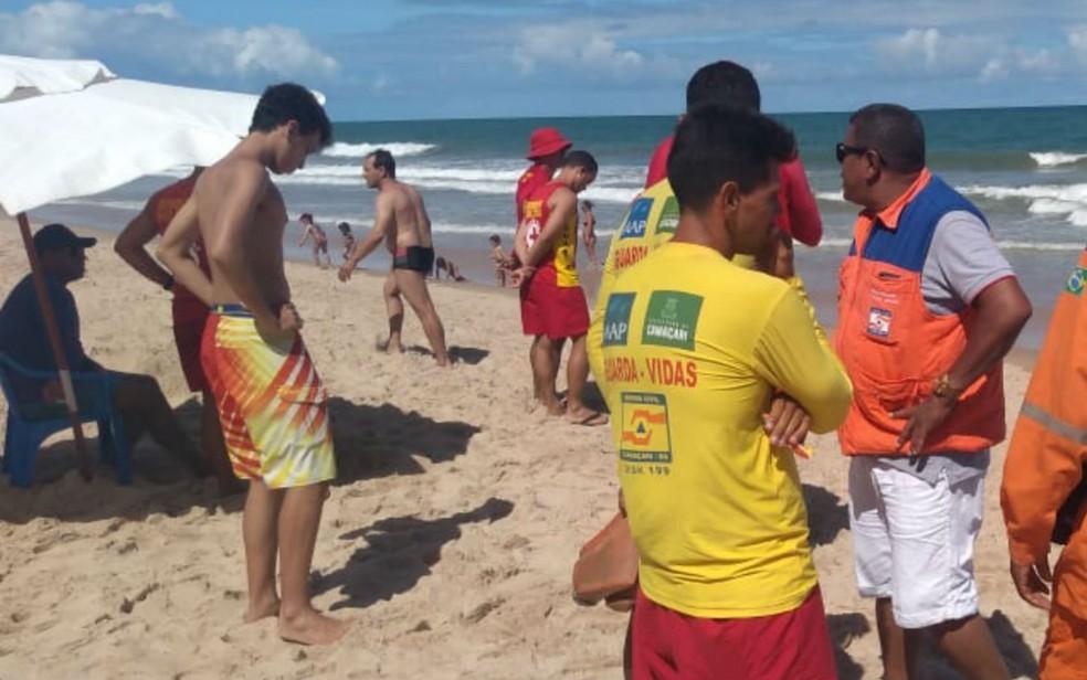 Equipes atuam na busca dos jovens de 14 e 18 anos que se afogaram em praia de Guarajuba, na BA — Foto: Divulgação/Defesa Civil de Camaçari