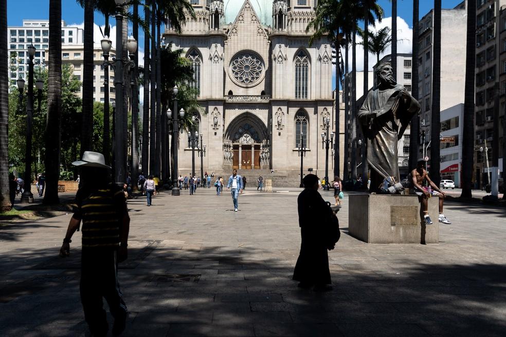 23 de março - Praça da Sé, no centro de São Paulo, com movimento normal apesar das medidas de isolamento social por causa da epidemia do coronavírus COVID-19 — Foto: Marcelo Brandt/G1