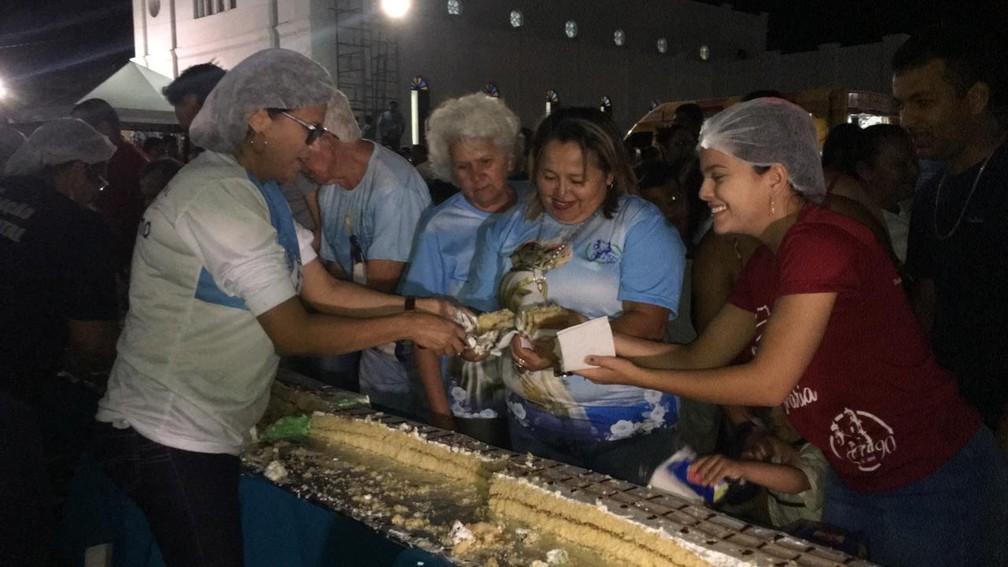 Comunidade de João Câmara preparou bolo de 90 metros para comemorar aniversário da paróquia da cidade — Foto: Heloísa Guimarães/Inter TV Cabugi