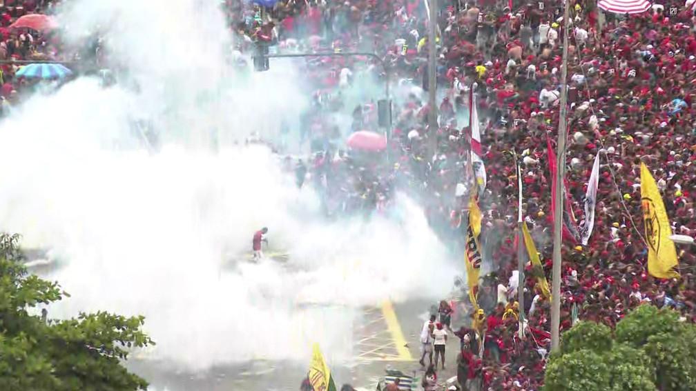 Bomba para dispersar multidão no Centro do Rio — Foto: Reprodução/ TV Globo