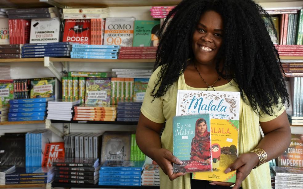 Inspiração: promotora de eventos recomenda livros sobre a ativista Malala Yousafzai durante a Feira Nacional do Livro de Ribeirão Preto (SP) — Foto: Pedro Martins/G1