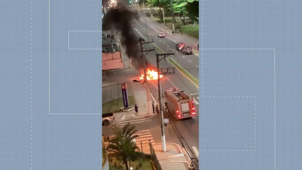 Vídeo: carro pega fogo em Vila Velha, ES