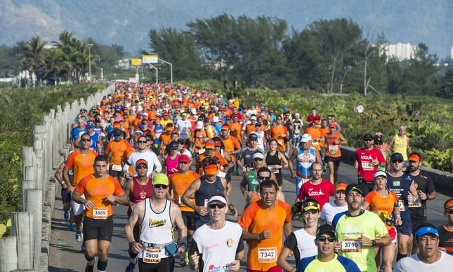 Atletas correm a Maratona do Rio pelas ruas da cidade