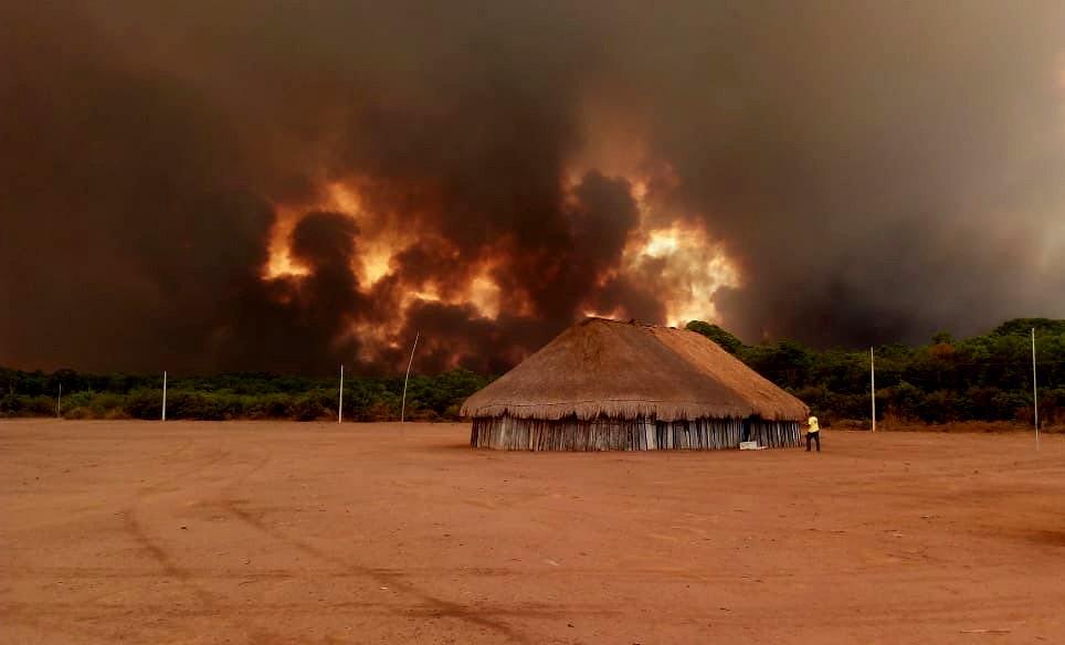 Fogo na aldeia Kuikuro, em Mato Grosso (Foto: Takumã Kuikuro)