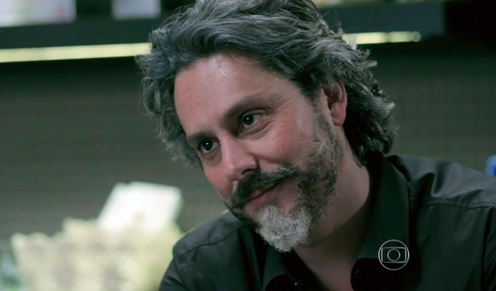 José Alfredo (Alexandre Nero) diz que dará o apartamento a Maria Isis (Marina Ruy Barbosa) - 'Império' — Foto: Globo